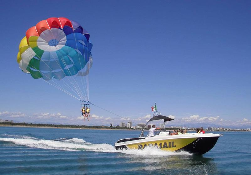 Parasail, il volo in paracadute trainato da una barca ...